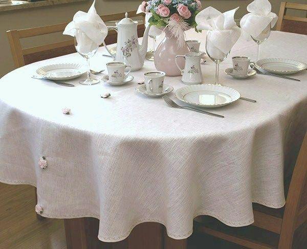 Klasyczny, prosty obrus lniany na owalny stół. Najlepszy len i proste wykończenie dają wyrób wyjątkowo elegancki.