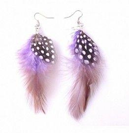 Oorbellen met veren. Kleur paars. Lengte vanaf oorhaakje ongeveer 9 cm.