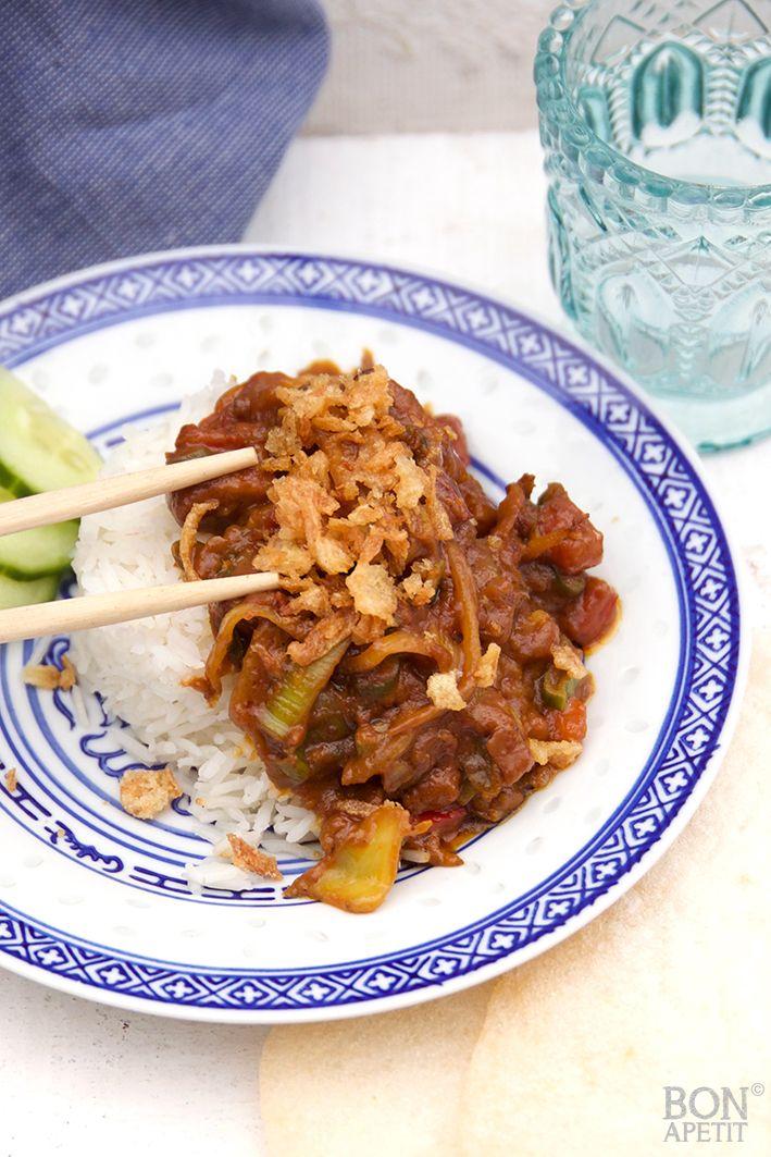 Snelle en overheerlijke roerbak kip met satésaus en groente. Eenvoudig te bereiden en om je vingers bij af te likken! Lees verder op BonApetit.