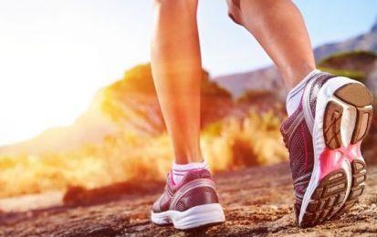Come dimagrire camminando: programma e calorie da bruciare - Come dimagrire camminando? Vediamo insieme il programma di allenamento e le calorie da bruciare. E' importante non esagerare, ma camminare con regolarità.