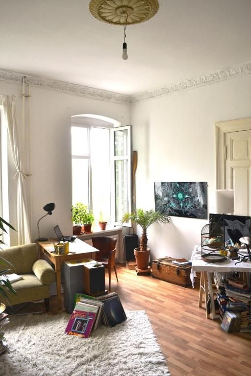 WG-Zimmer-Traum in Berlin Kreuzberg mit Laminatboden und flauschigem Kuschelteppich.  Wohnen in Berlin.  #Kreuzberg #WGZimmer #hoheDecken #hoheFenster #Zimmertraum