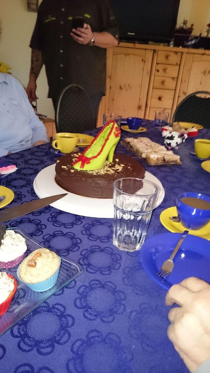 Hier die Torte nochmal ohne Deckel auf der Geburtstagstaffel. - http://emsa.springup.io/?view=social&type=reply&id=18958