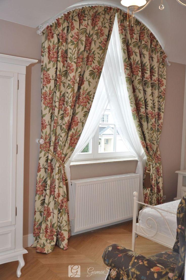 Klasyczne, ciężkie zasłony w sypialni, dekoracja okien, tkaniny zasłonowe, dekoracje okienne warszawa