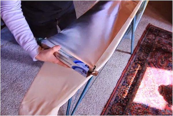 Fora da cozinha o papel alumínio também pode ser um ótimo aliado. Separamos algumas ideias de usos que vão além das assadeiras e podem fazer muita diferença em imprevistos. | 1. Economizar na hora de passar roupa. Cubra a mesa de passar roupa com papel alumínio deixando a parte brilhante para cima, o alumínio irá refletir o calor e só de passar um lado da roupa o outro já ficará liso também. Você economiza energia e diminui o tempo gasto para passar roupas.