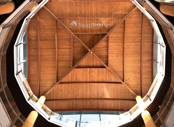Estructura de madera construida en vigas de madera laminada encolada curva.  Mas información T: 687031565 e: info@navarrolivier.com w:   #estructura #carpinteria #arquitectura #cubierta #construccion #madera #timber #navarrolivier