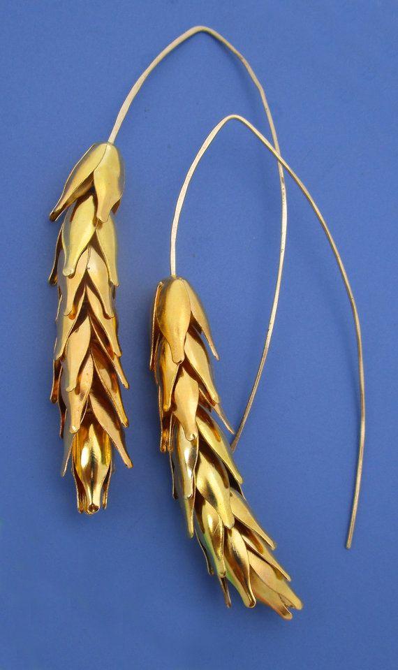 Golf de tarwe! stengels gouden tarwe zorgen voor prachtige moderne oorbellen. Verguld bloemblaadjes zijn gestapeld op overkoepelende 14kt gouden gevuld earwires. Elk blaadje is individueel strung & heeft een beetje wiggle beweging aan. De earwires curve rond in lange bogen balans te maken van een steel. Ze meten 2.75 lange