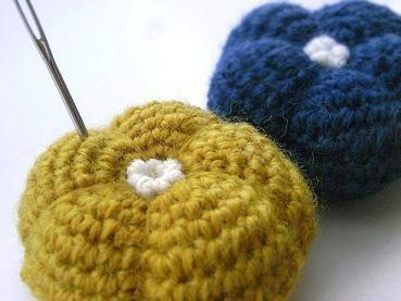ぽってりお花のピンクッションの作り方 編み物 編み物・手芸・ソーイング ハンドメイド   アトリエ