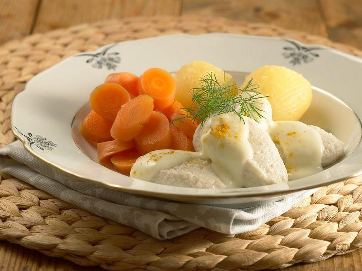 Klassikeren fiskeboller med hvit saus, kokte gulrøtter og poteter. Litt retro og veldig godt.