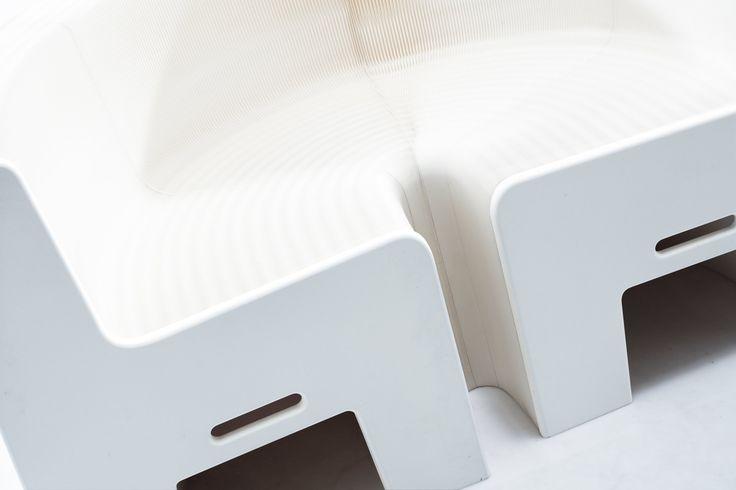 Das Papiersofa von Flexible Love | Das flexibelste Papier Sofa der Welt  Das Papiersofa von Flexible Love ist faltbar, flexibel und sitzfertig aufgestellt und ausziehbar innerhalb von Sekunden. Hergestellt aus umweltfreundlichem Material wie Pappe und Kraft Papier ist dieser Papier Stuhl die perfekte Option für die Inneneinrichtung Ihrer Wohnung, Geschäfts oder ihrem Messestand. Innovative Design Ideen und Naturmöbel aus Papier gibt es bei…