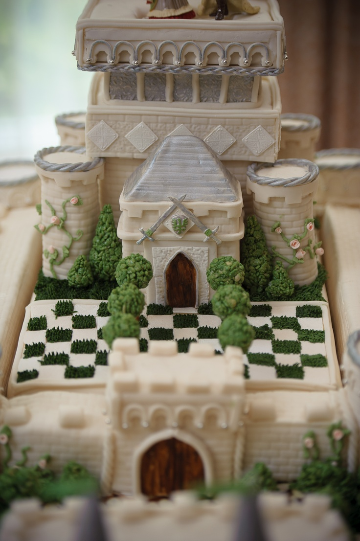 Castle Wedding cake courtyard