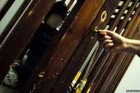 Los niños discapacitados encerrados en jaulas de madera en Grecia