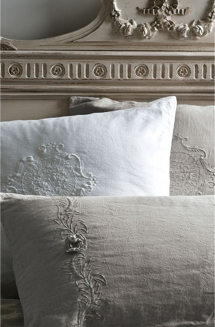 Love the colours, the bedhead, the details on the pillows. And it looks like linen, mmm...