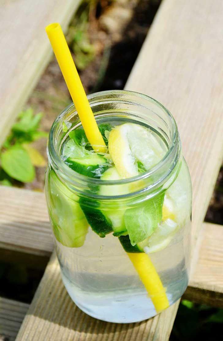 Agua desintoxicante y adelgazante  Necesitas 4 rodajas de limón, 2 rodajas de pepino y 4 hojas de menta fresca.