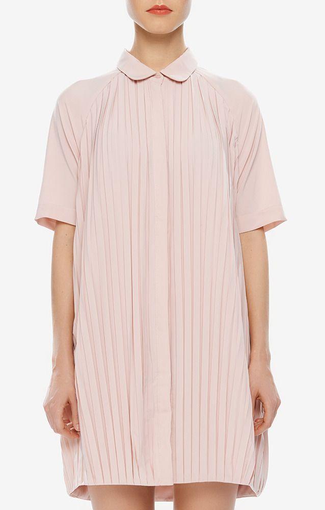 Платье нежно-розового цвета от бренда The White Pepper. Модель длины мини с короткими рукавами и воротником декорировано складками. Платье застегивается спереди на плоские пуговицы. http://t.tbff.ru/QOLElT