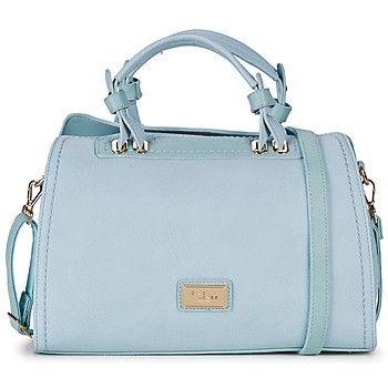 David Jones CM2090 Modieuze handtas van het merk David Jones.  Deze handtas in de kleur Pale Blue is voorzien van: • Hoofdvak met afsluitende rits • Twee open opbergvakken aan de binnenzijde • Ritsvak aan de binnenzijde • Ritsvak aan de achterzijde • Afneembare, verstelbare schouderband