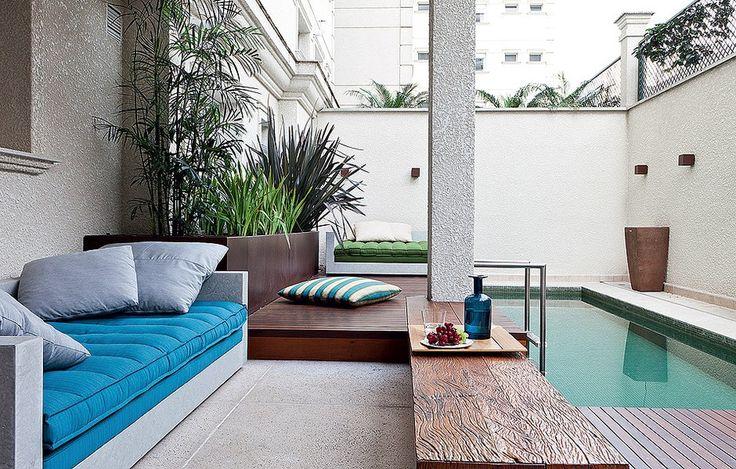 A área externa do apartamento de 350 m² tem uma pequena piscina, deque de ipê e móveis de limestone. Projeto da arquiteta Fabiana Avanzi