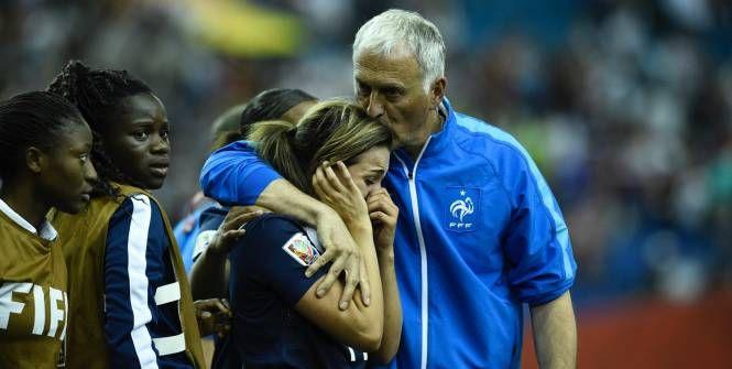 Football - Equipe de France Féminine - Claire Lavogez consolée par Philippe Bergeroo, l'an dernier, lors du Mondial canadien. (Jean-Louis Fel/L'Equipe)