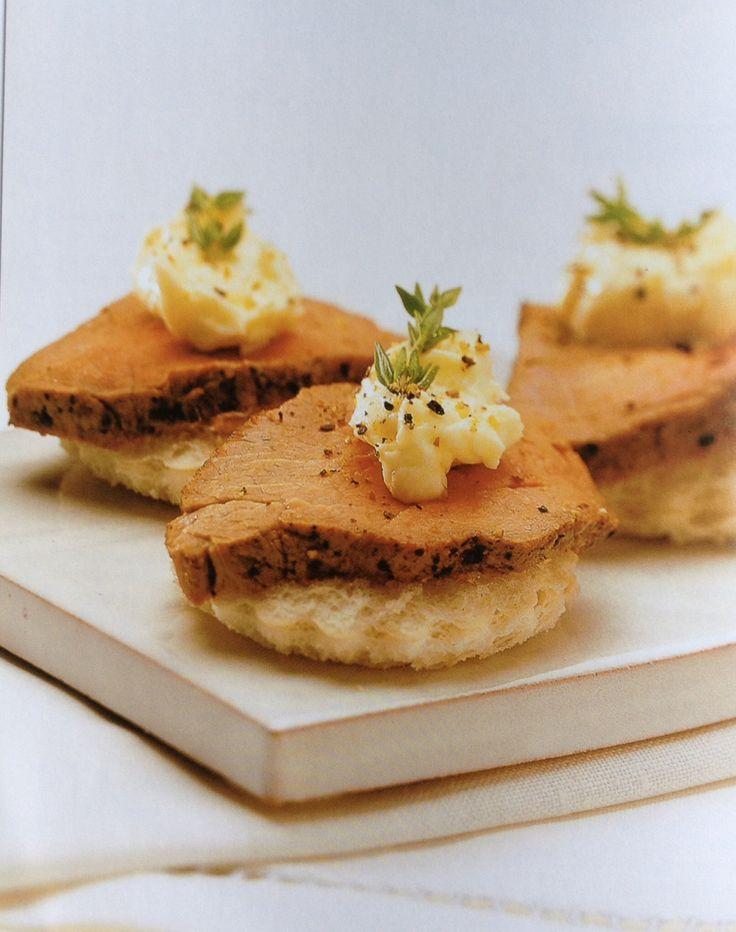 Toastjes met geroosterd rundvlees en mierikswortel saus
