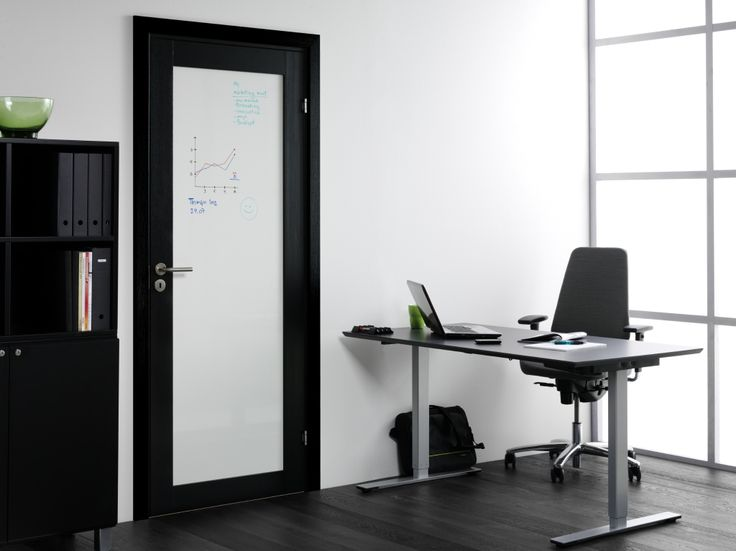 Udnyt mulighederne! - Kan man forestille sig et kontor uden Whiteboarddør? Unique 01L i sort eg med whiteboard