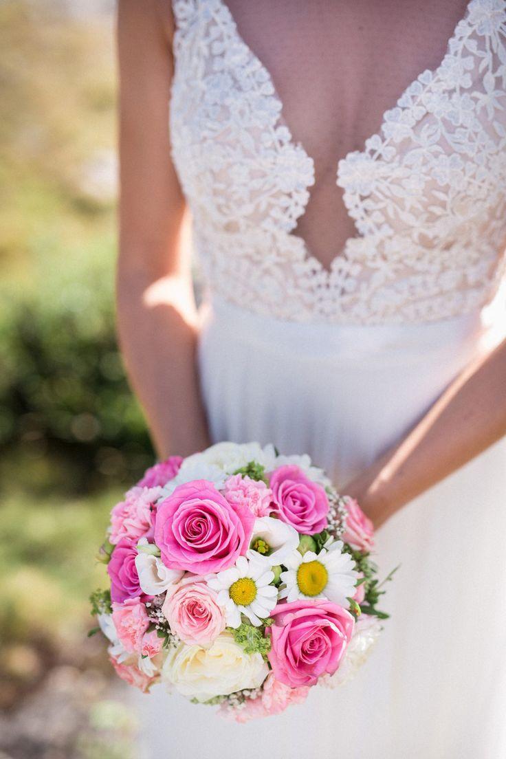 Ein knalliger Brautstrauß in Pink, Rosa und Weiß  Foto: Felix Vollmer Photography