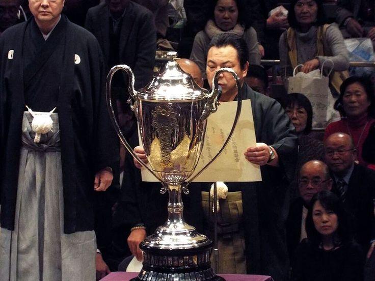 Acting Rijicho Kokonoe-oyakata (former Yokozuna Chiyonofuji) presents the yusho trophy to Hakuho