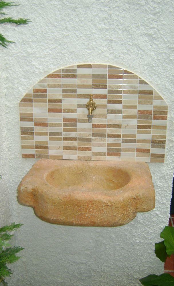 Lavello da giardino in pietra ricostruita, modello: Anterselva, colore: pietre del borgo, senza frontale. Installato in provincia di Ferrara.