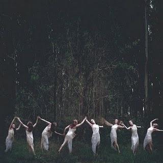 """Kinda Aquelarre.  Un aquelarre (del euskera akelarre, """"aker"""" = macho cabrío; """"larre"""" = campo) es el lugar donde las brujas (sorginak en euskera) celebran sus reuniones y sus rituales. Aunque la palabra viene del euskera se ha asimilado en castellano y por extensión se refiere a cualquier reunión de brujas y brujos."""