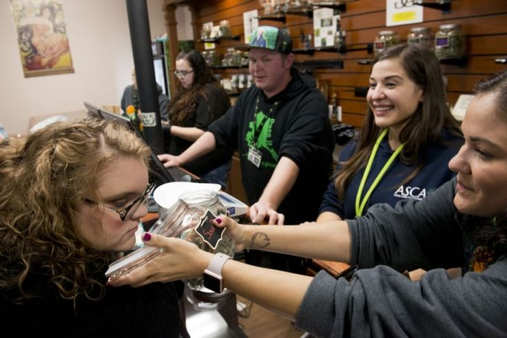Alaska abre la primera tienda de marihuana recreativa y su acogida es brutal (VIDEO) - http://growlandia.com/marihuana/alaska-abre-la-primera-tienda-de-marihuana-recreativa-y-su-acogida-es-brutal-video/