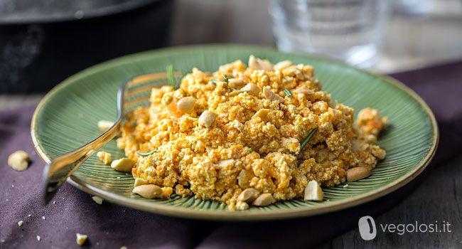Tofu strapazzato con ragù di carote e arachidi o anarardi