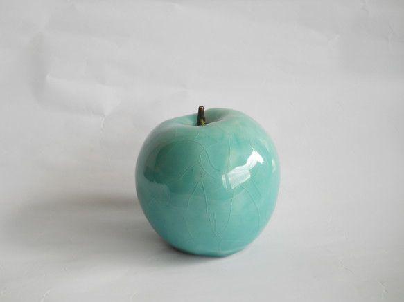 青いリンゴの置物です。高さ約7cm、幅約7cm。中は空洞です。お部屋のポイントにどうぞ。釉薬はトルコ青釉です。ガラス質でひび割れが入る釉薬です。|ハンドメイド、手作り、手仕事品の通販・販売・購入ならCreema。