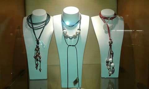 Girocolli/collane di mia creazione in cordino cerato colorato, argento e perle di fiume in vendita presso la gioielleria Macchi e Rota di Busto Arsizio.