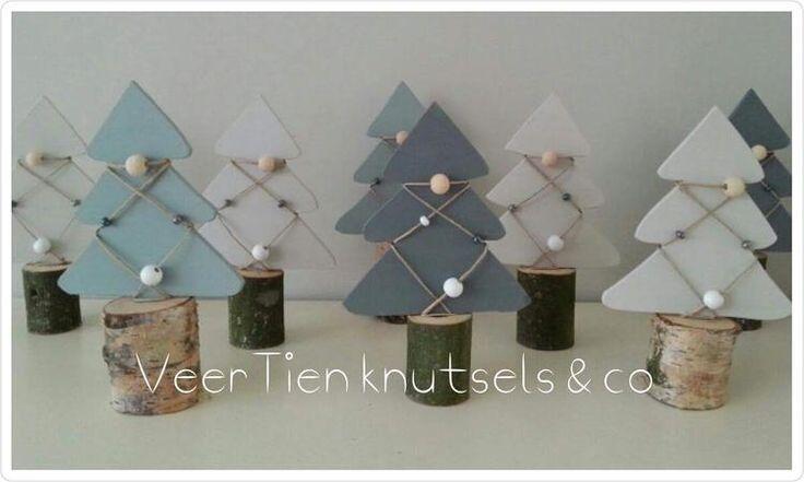 Deze leuke kerstboompjes van hout op een echt boomstammetje vorig jaar gemaakt. Schilderen in een leuk kleurtje en touw met kralen erom wikkelen. Superleuk om met kerst een groepje bij elkaar te zetten.