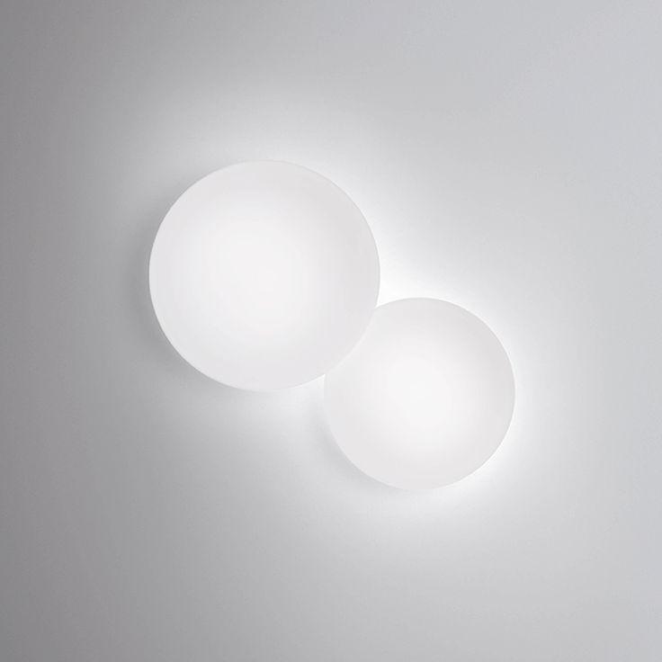 Lampade da parete Puck: collezione di applique da parete dalle forme circolari. Vetro soffiato opalino opaco triplex e luce LED. Illuminazione calda.