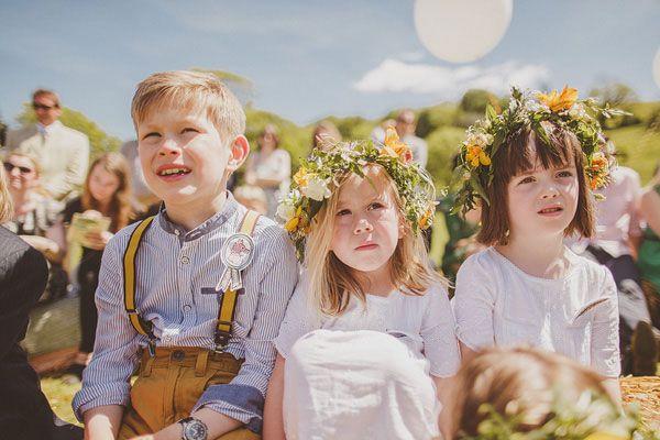 Crianças no casamento. #casamento #meninosdasalianças #vestidos #coroasdeflores #suspensórios