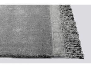 Raw Rug to piękny mięsisty dywan z eleganckimi frędzlami. Wykonany z wełny.