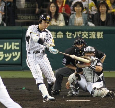 4回、阪神・鳥谷は右翼線へ適時二塁打を放つ(撮影・田中太一)