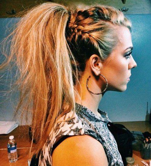 Peinado rockero y glamuroso con coleta y trenzas