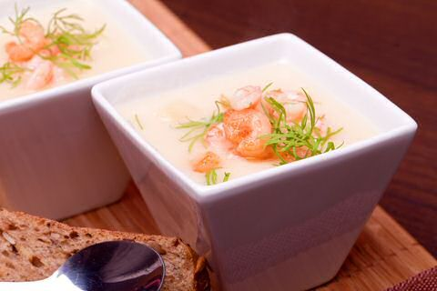 Makkelijk recept om witloofsoep met garnalen te maken zodat je met weinig ingrediënten vooral snel zal genieten van een lekker warme roomsoep: ideaal voor op een koude dag.