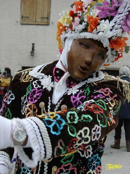 """Valle d'Aosta: carnevale della """"Coumba freida""""  """"Landzette"""" le maschere che indossano abiti colorati,adorni di perline,pailletttes e specchietti il cappello e' di stile vagamente napoleonico;la maschera un tempo era di legno; in mano tengono una coda di cavallo"""