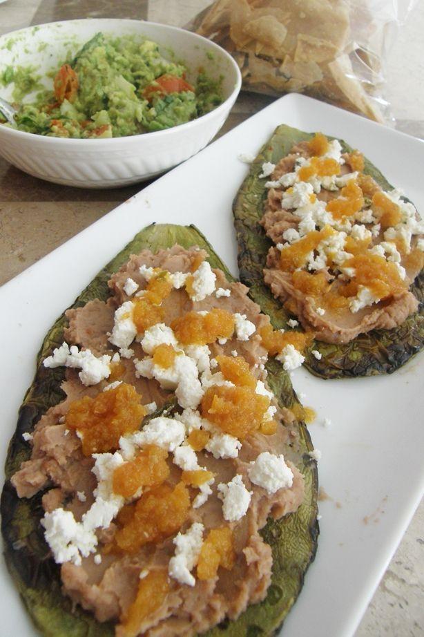 Una entrada Mexicana con mucho sabor, nopal a la parrilla con frijoles y queso Cotija