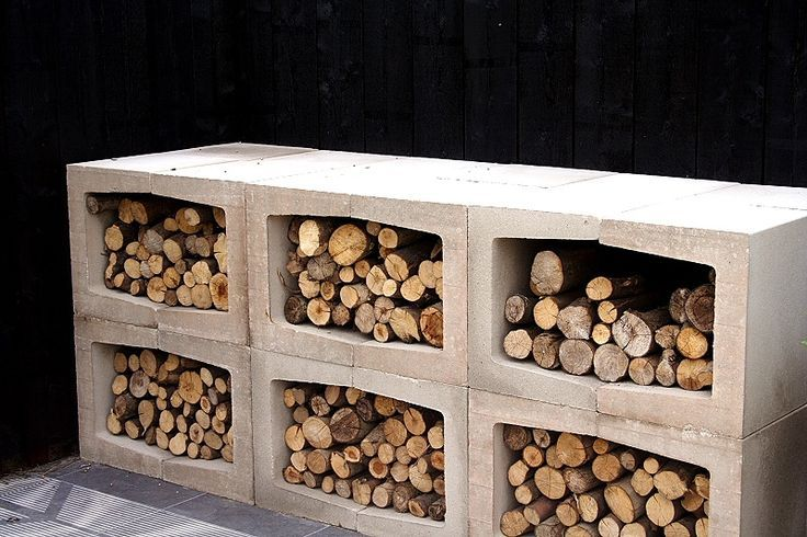 Betonblokken aan elkaar, mooie opslag voor openhaardhout