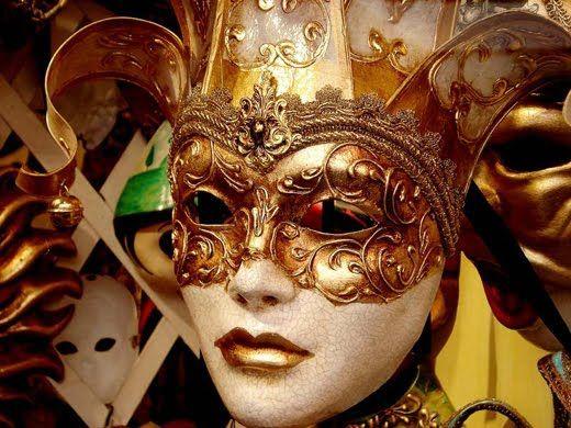 Έφτασαν οι Απόκριες! Μάσκες, αποκριάτικα κοστούμια, σερπαντίνες, αποκριάτικοι χοροί, εύθυμη διάθεση γλεντιού, καρναβάλι. Όλα αυτά είναι άμεσα συνδεδεμένα με την περίοδο της Απόκριας!