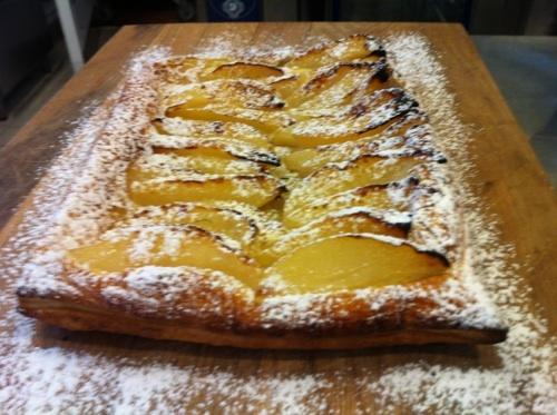 Påron Tarte tatin! Lägg smördegen på en ugnsplåt med smörpapper, placera i mitt fall klyftade päron (äpple e grymt gott också) på degen. Pensla med vispat ägg och baka i ugn på 250 grader i cirka 6-8 min.  Serveras bäst varm och med vaniljglass!
