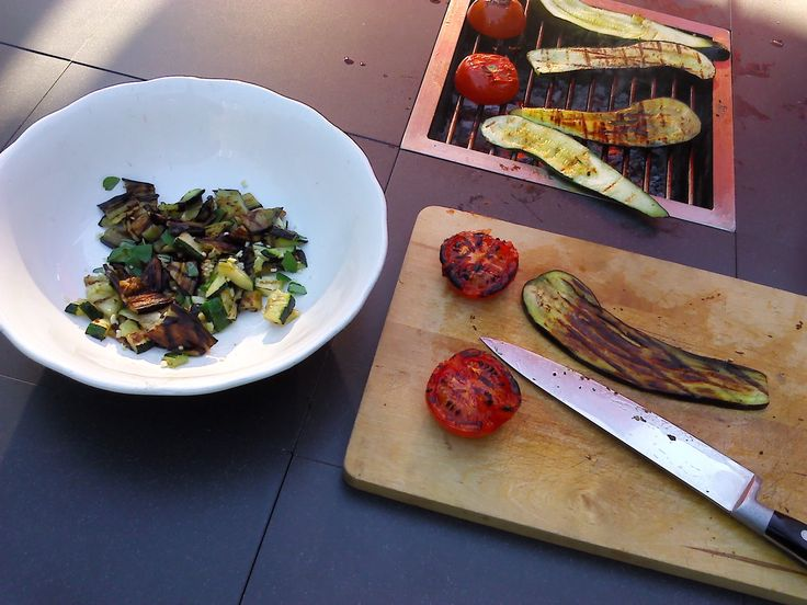 It is BBQed salad time again! #happypeople #weekend #outdoorliving #gardentable #barbecue #outdoorcooking  #tuintafel
