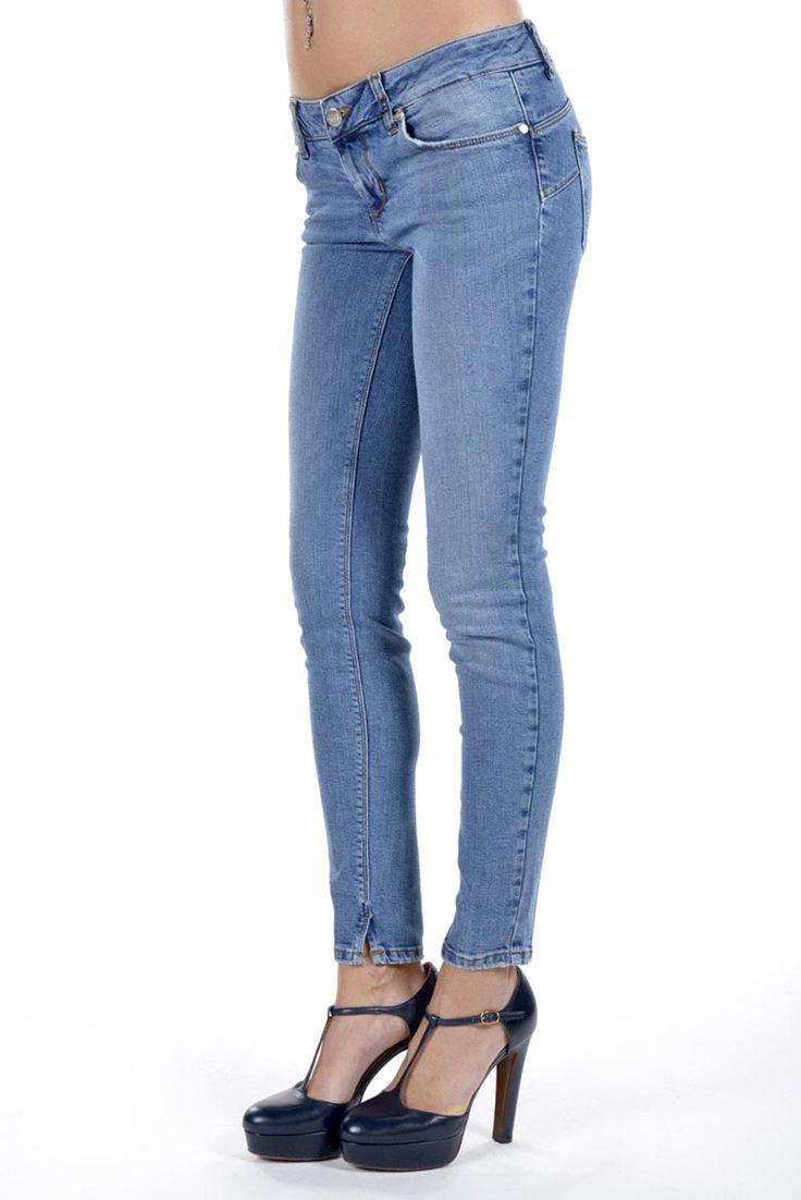 Liu Jo Jeans donna cinque tasche bottom up denim chiaro. - Ronca 1862 srl - Liu Jo Jeans donna denim chiaro cinque tasche cotone stretch, bottom up skinny, chiusura con zip, spacchetti sul fondo.