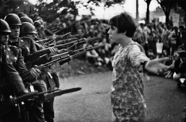 (c) Marc Riboud / 1967 / fille à la fleur variante / manifestation contre la guerre du Vietnam, Washington, Etats-Unis, 21 octobre 1967