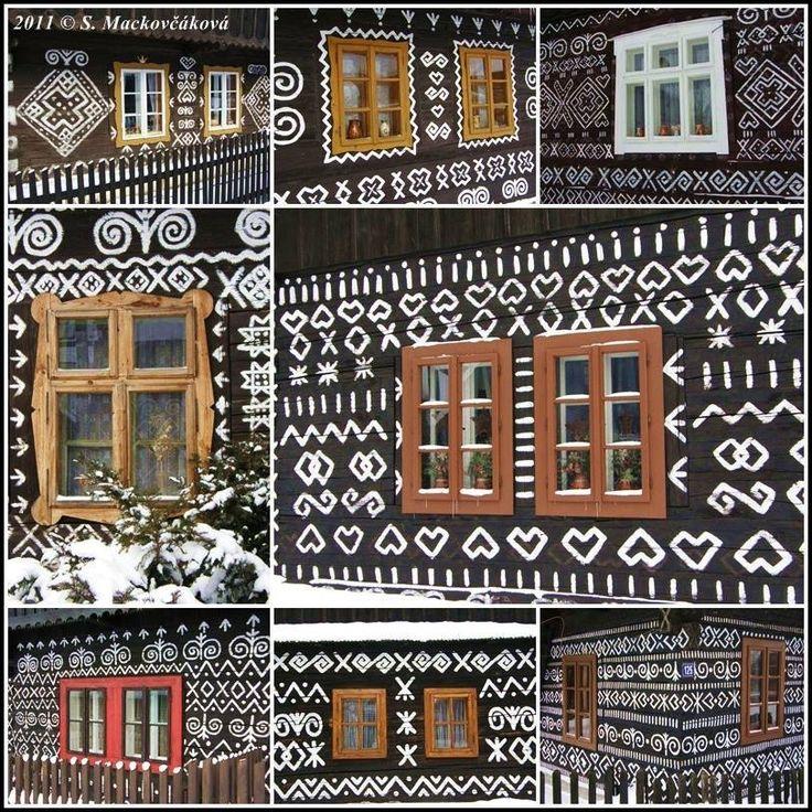 Pohľad do okien Čičmanských domov.