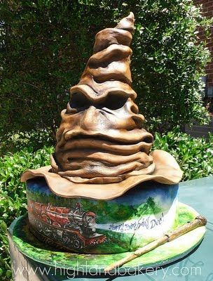 This Splendid Sorting Hat Cake Was Made By Highland Bakery Harry Potter Features The Hogwarts Express And Potters Wand