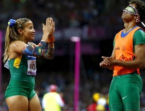 Terezinha Guilhermina e seu guia Guilherme Soares - medalha de ouro - 100m paralimpíadas (Foto: EFE)