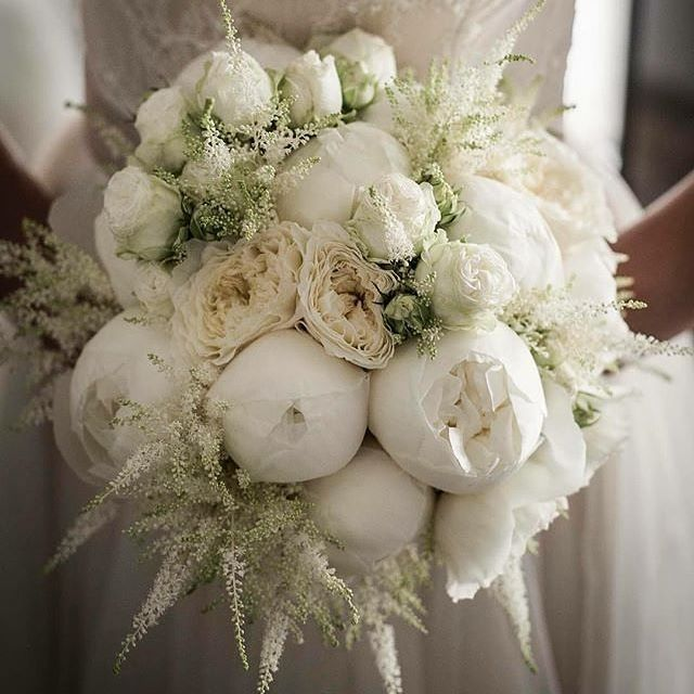Bouquet romance with white peonies bouquet that bring a wow-factor! Photo: @morlottistudio #bouquet